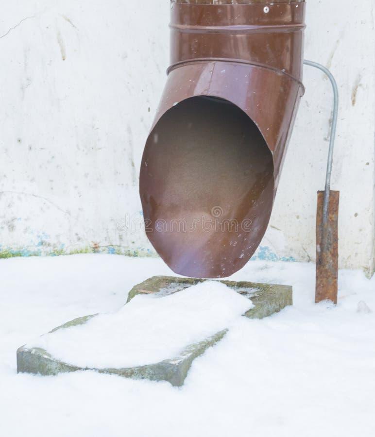 De winter, de afvoerkanalen van het pijponweer, regensneeuw royalty-vrije stock fotografie