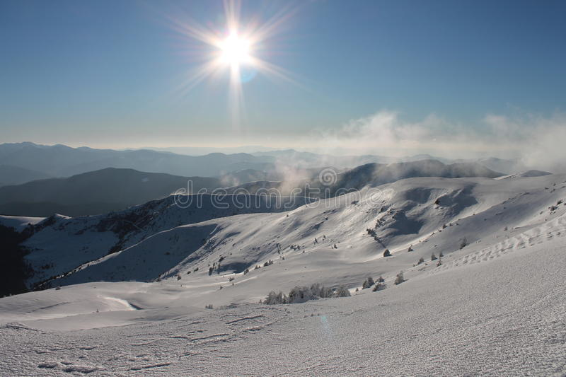 De winter, de Oekraïne, berg, Karpatische zonsondergang, bergketen, landschappen, toerisme, sneeuwreis, in openlucht, hemel, mist stock fotografie