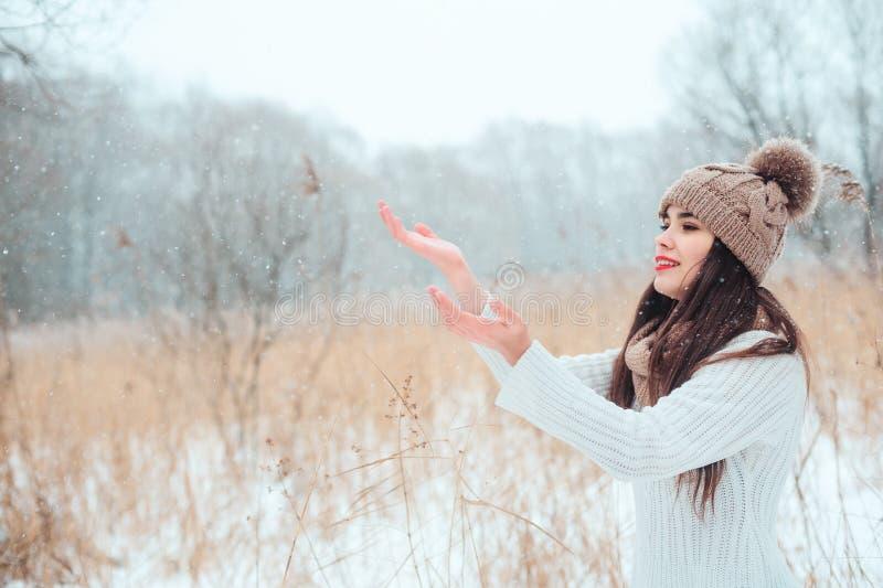 de winter dicht omhooggaand portret van mooie jonge vrouw in het gebreide hoed en sweater openlucht lopen royalty-vrije stock afbeeldingen