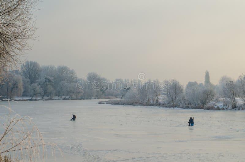 De winter die op bevroren meer vissen royalty-vrije stock foto's