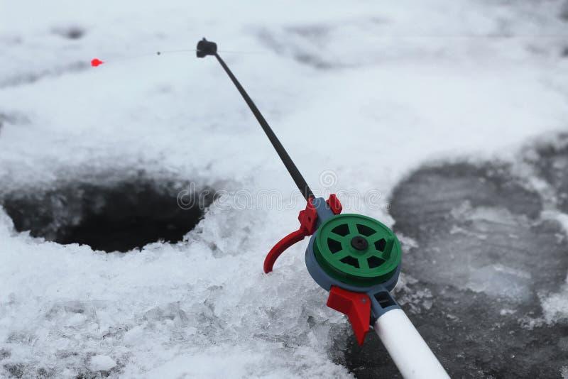 De winter die op de rivier vissen stock afbeelding