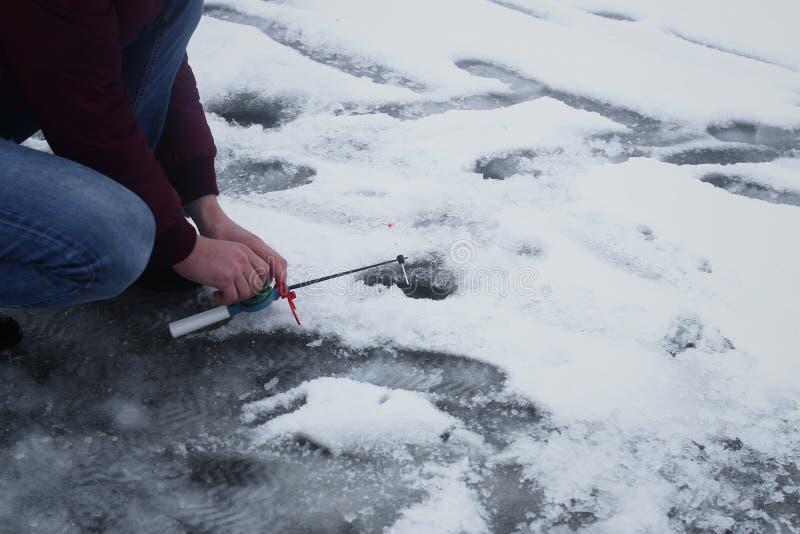 De winter die op de rivier vissen stock fotografie