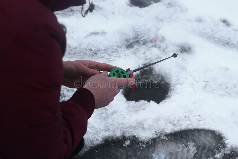 De winter die op de rivier vissen royalty-vrije stock foto's