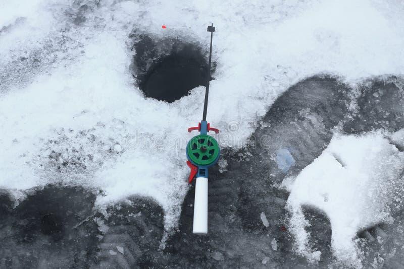 De winter die op de rivier vissen stock foto