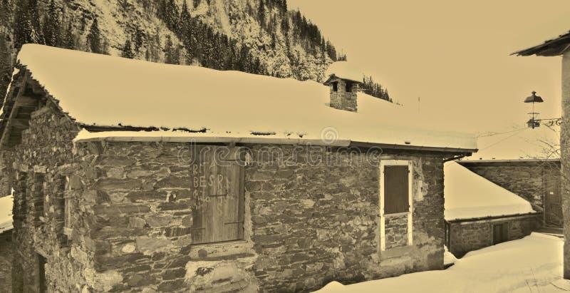 De winter in een oud landelijk dorp stock afbeeldingen