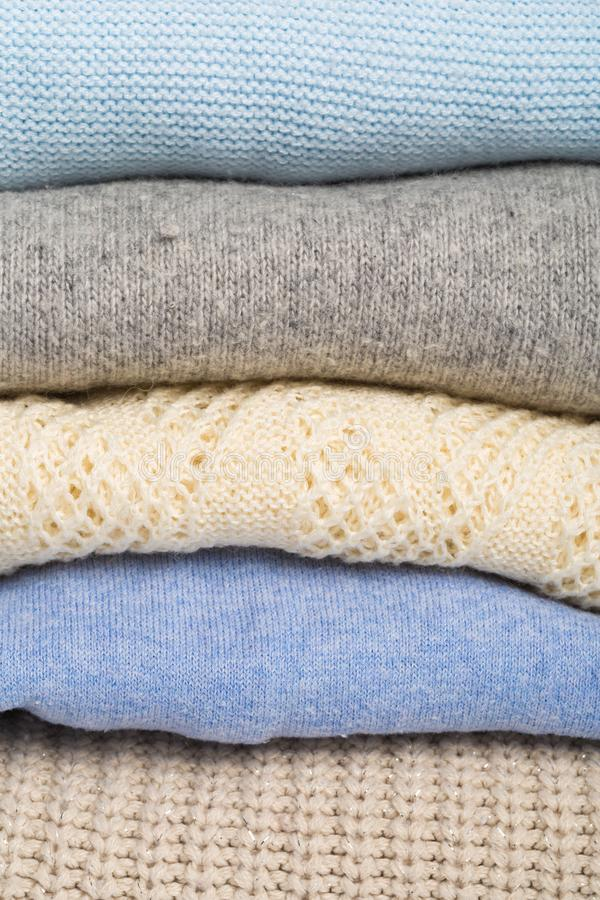 De winter en dalings comfortabele sweatersstapel, wollen sweaters royalty-vrije stock afbeelding