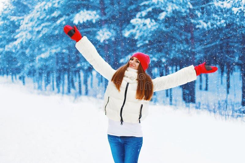 De winter en mensenconcept - de mooie vrouw verheugt zich de winterweer royalty-vrije stock afbeeldingen