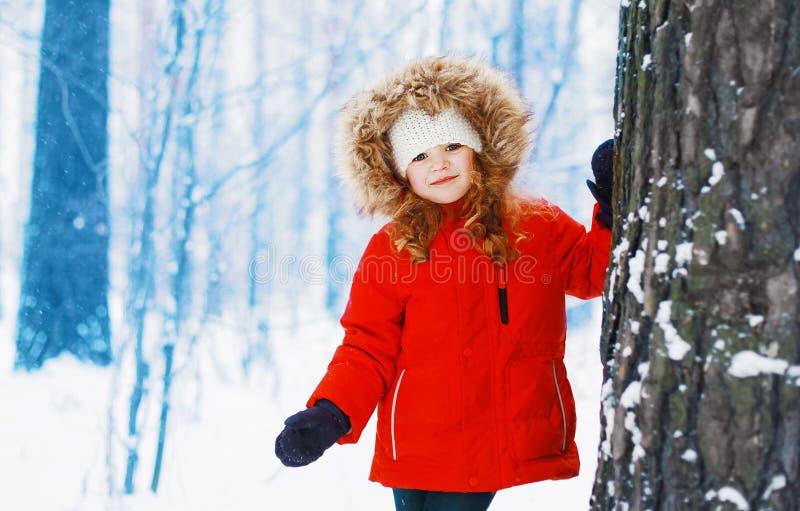 De winter en mensenconcept - portretkind in openlucht stock fotografie