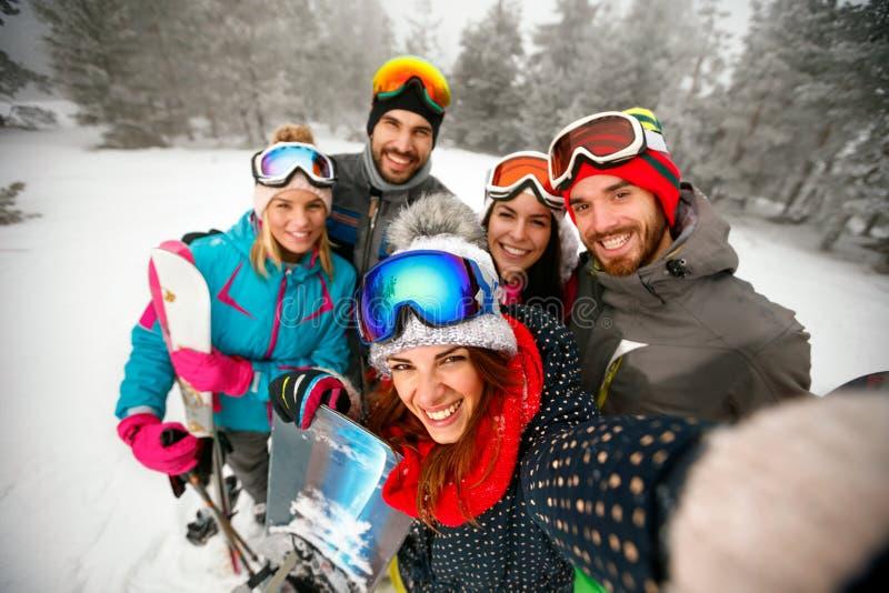 Download De Winter, Extreme Sport En Mensenconcept - Vrienden Die Pret Hebben Stock Foto - Afbeelding bestaande uit pret, gelukkig: 107706842