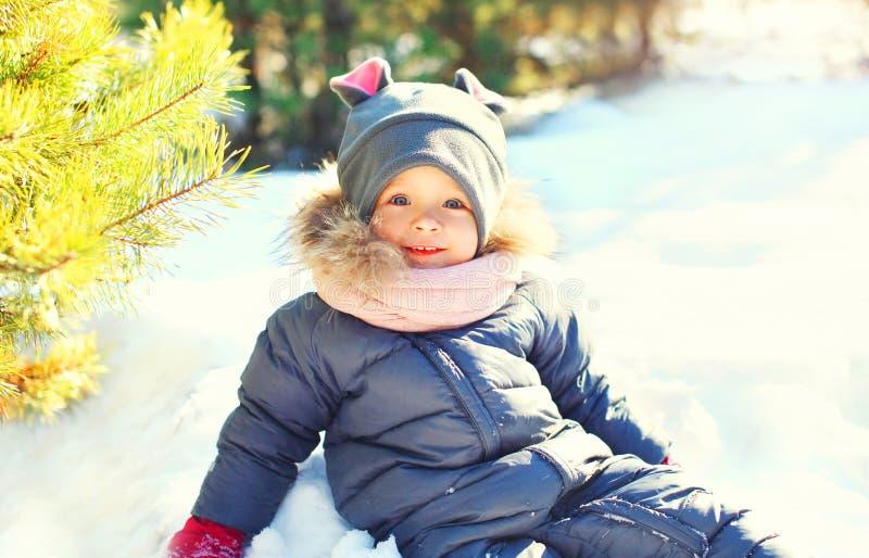 De winter gelukkig glimlachend kind die I spelen stock fotografie