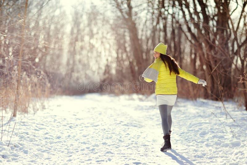 De winter gelukkige vrouw die in sneeuw in openlucht aard loopt royalty-vrije stock foto's