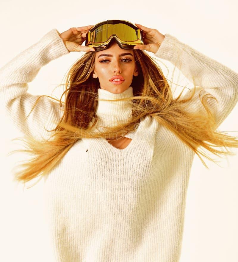 De winter het dromen Gelukkige de wintervakantie De wintersport en activiteit Meisje in ski of snowboard slijtage Sexy vrouw in d stock fotografie
