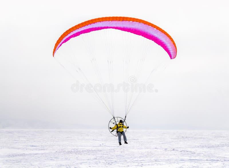 De winter het kitesurfing stock afbeeldingen