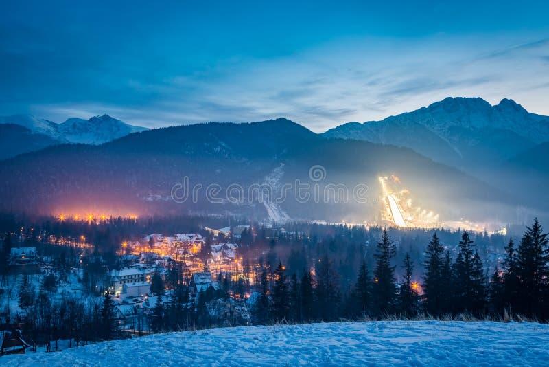 De winter het ski?en competities bij schemer in de winter in Zakopane, Polen stock foto's