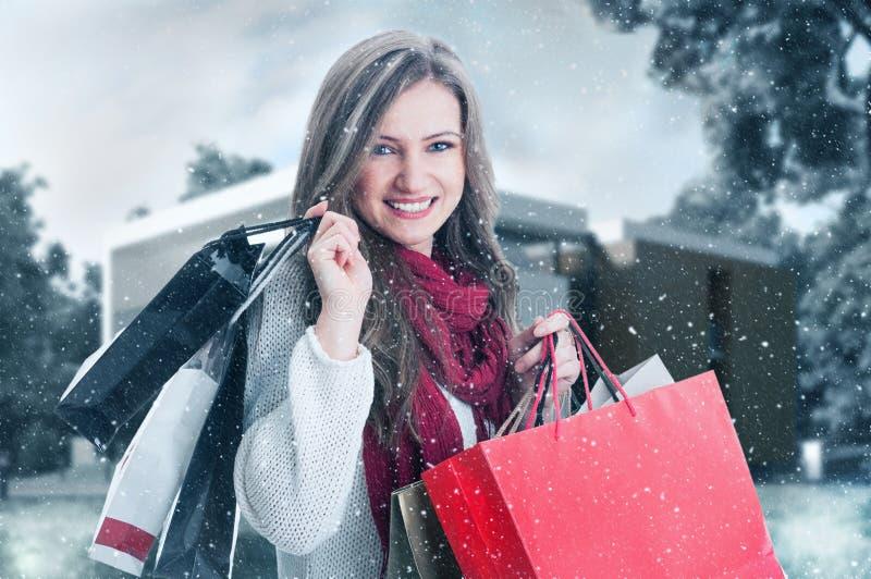 De winter het winkelen vrouw openlucht glimlachen royalty-vrije stock afbeeldingen
