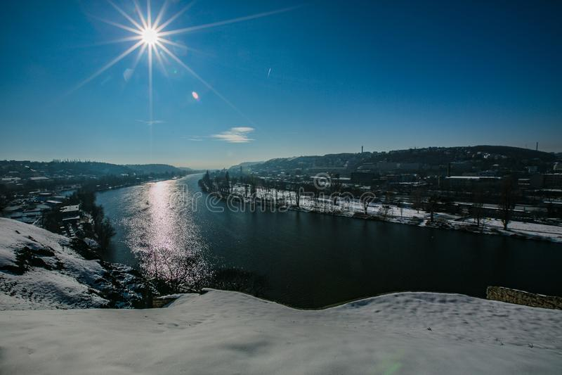 De winter heuvelige ladscape, toneelmening die rivier overzien stock foto