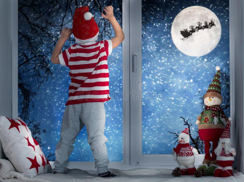 De winter, Kerstmis, magische doos, klein, gift, vakantie, vrolijke hand, verfraaide viering, broers, familie, heden, rood, holdi royalty-vrije stock fotografie