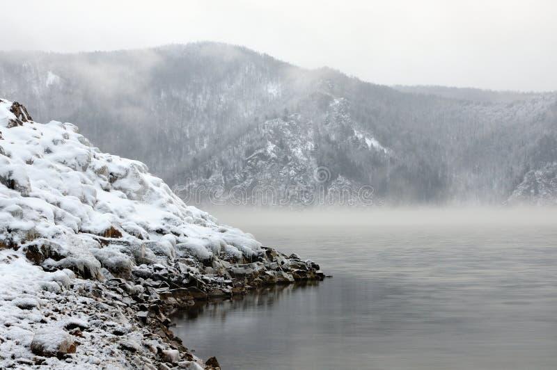 De winter koude mistige dageraad op de Yenisei-rivier stock afbeeldingen