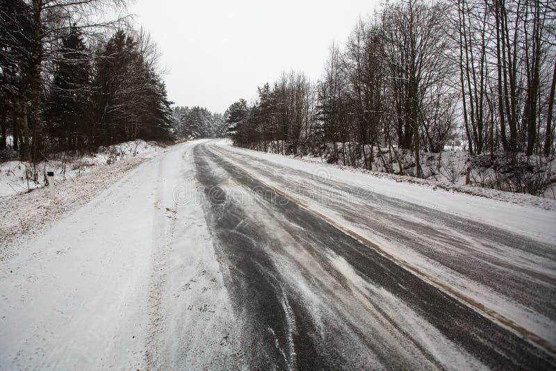 De winter landelijke route, de sneeuwweg nave royalty-vrije stock fotografie