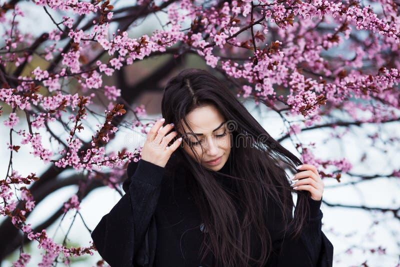 De winter, de lenteportret van jonge mooie donkerbruine vrouw met lang haar die warme laag dragen royalty-vrije stock afbeelding