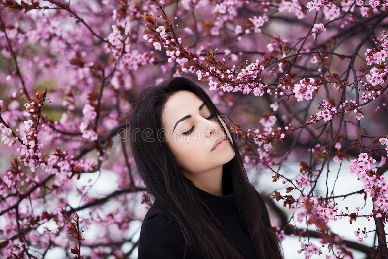 De winter, de lenteportret van jonge mooie donkerbruine vrouw met lang haar die warme laag dragen stock afbeeldingen