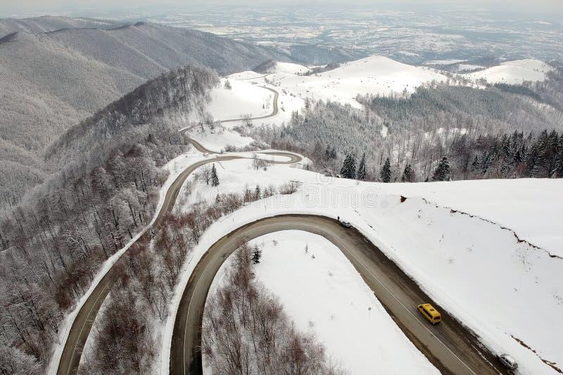 De winter luchtmening boven de weg van Transalpina mountainb stock afbeelding