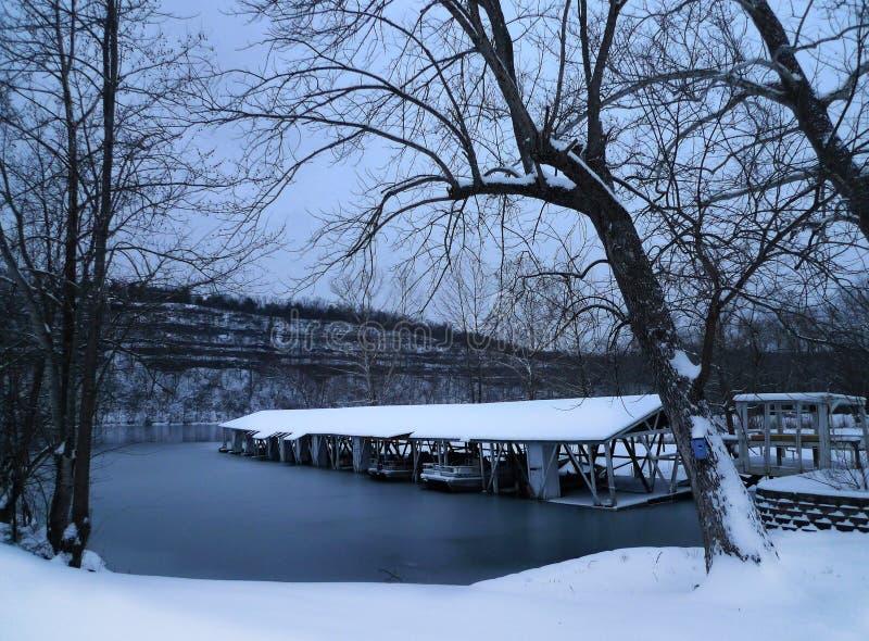 De winter in Missouri op het meer met bootmisstap stock fotografie