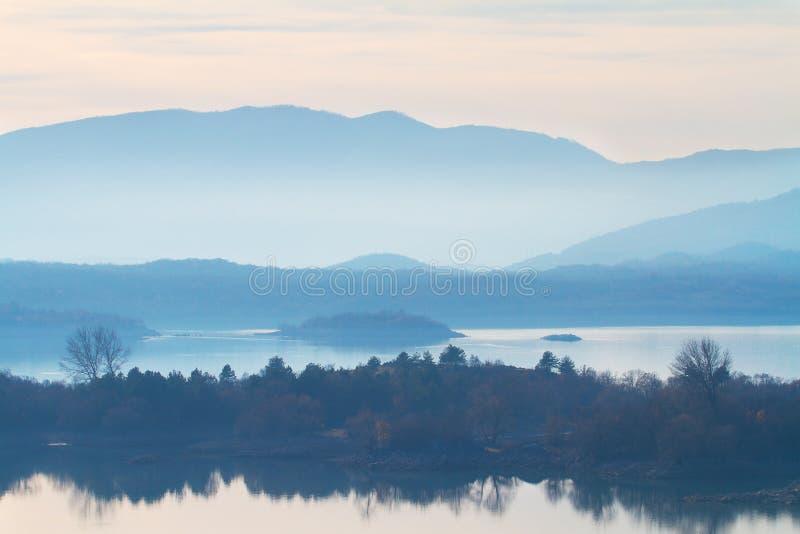 De winter in Montenegro, Skadar-meer in mist, aardachtergrond stock fotografie