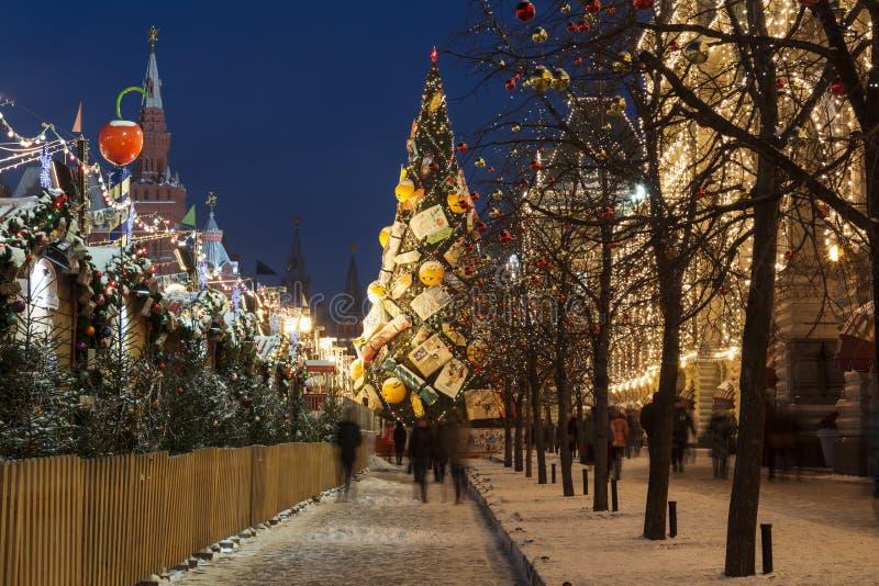 De winter Moskou, toeristen loopt op Rood Vierkant dichtbij markt en het Belangrijkste warenhuis in de avond royalty-vrije stock afbeelding
