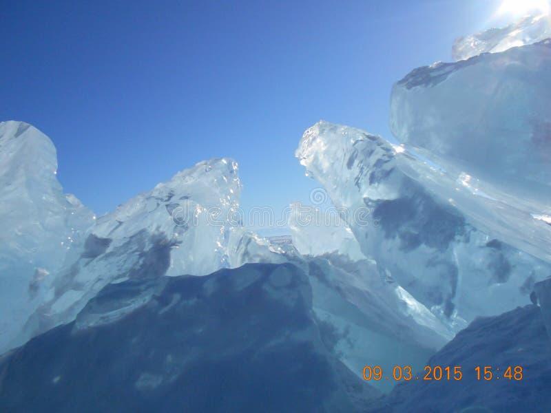 De winter op Baikal Ijs De schilderachtige kust van het zoetwatermeer Baikal stock afbeeldingen