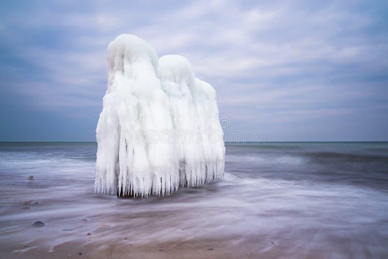 De winter op kust van de Oostzee in Kuehlungsborn, Duitsland stock foto