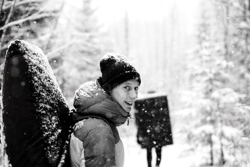De winter openluchtvrije tijd Portret van professionele rotsklimmer met een neerstortingsstootkussen op zijn achterextreem-sport royalty-vrije stock fotografie