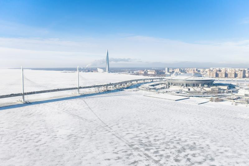 De winter panoramisch satellietbeeld in Heilige Petersburg, Rusland met Krestovsky-stadion en Lakhta-Centrum stock fotografie