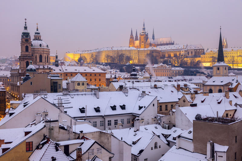 De winter in Praag - stadspanorama met St Vitus Cathedral en St stock fotografie