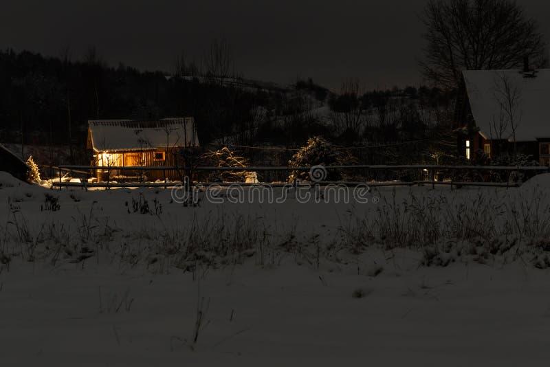 De winter it& x27; s koud sneeuwend blokhuis er zijn rond niet meer huizen royalty-vrije stock foto