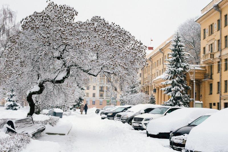 De winter sneeuwstraat in stad stock foto's