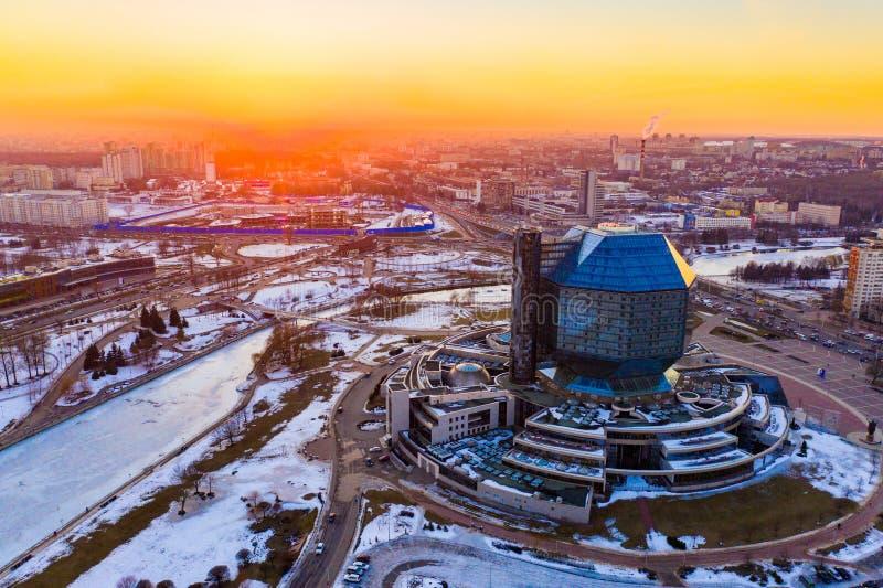 De winter in de stad van Minsk De bouw van Nationale bibliotheek royalty-vrije stock afbeelding
