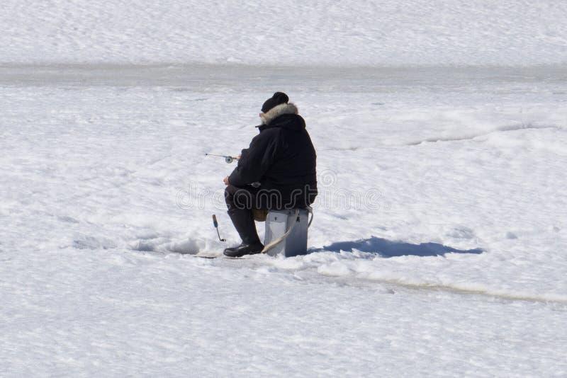 De winter visserijrivier, meer dichtbij bos in ijs Vissers, Fishermens tijdens uw favoriete vrije tijd Met plaats voor tekst, voo stock foto