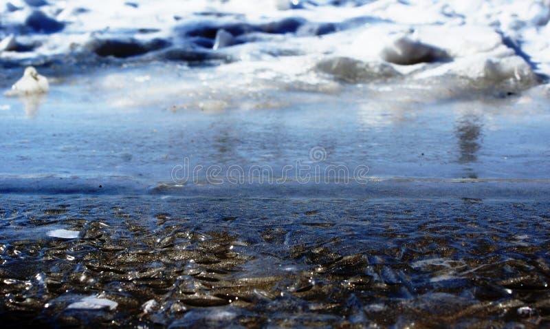 De winter Vorst geknepen water in het ijs stock foto's