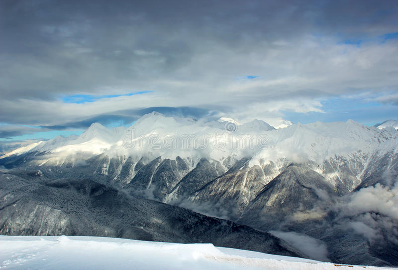 De winteraard, hoogtebergen in sneeuw royalty-vrije stock foto's