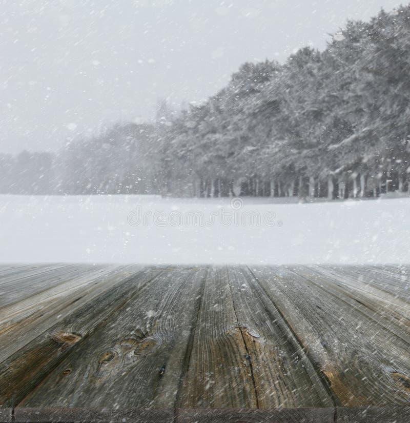 De winterachtergrond met houten planken royalty-vrije stock foto's