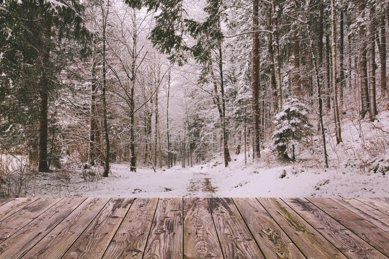 De winterachtergrond met houten terras en aard boslandschap Het concept van de Kerstmisvakantie stock afbeelding