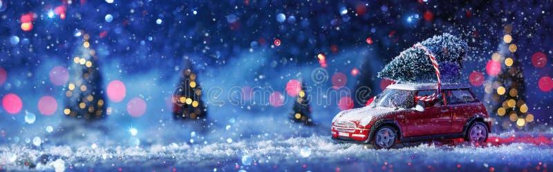 De winterachtergrond met Rode Auto en Kerstboom royalty-vrije stock fotografie