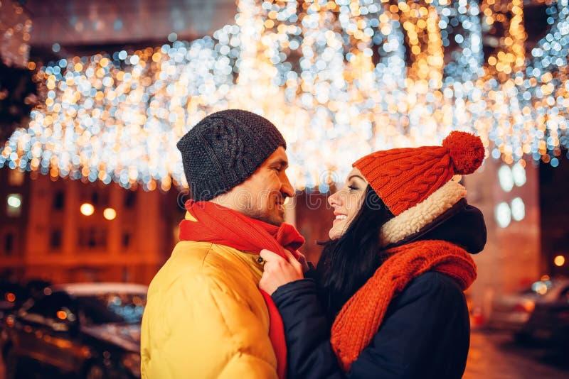 De winteravond, de omhelzingen van het liefdepaar op de straat royalty-vrije stock fotografie