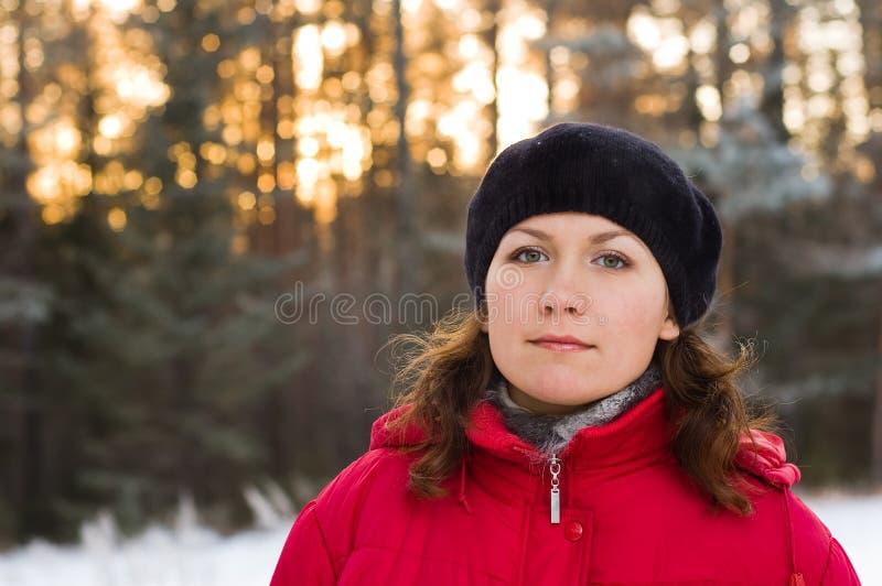 De winterbos van het meisje royalty-vrije stock afbeelding