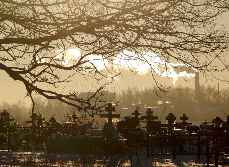 De winterdag bij de Russische begraafplaats stock afbeeldingen