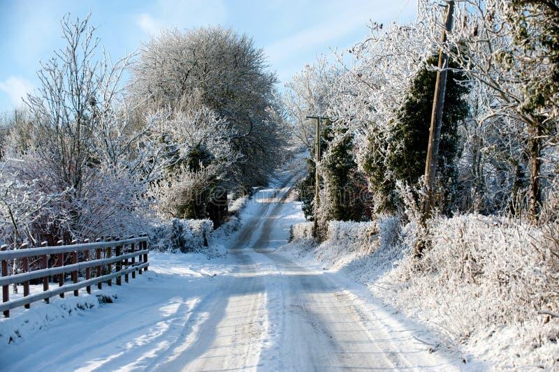 De winterdag in het land royalty-vrije stock afbeelding