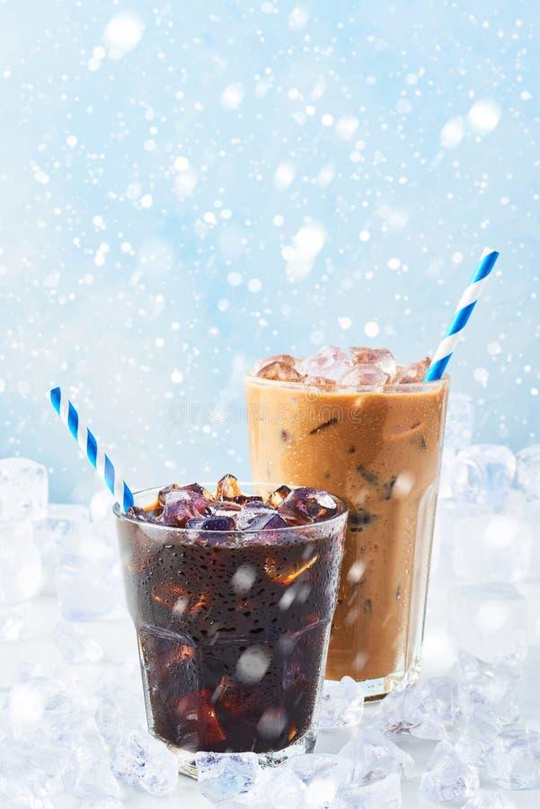 De de winterdrank bevroor koffie in een glas en ijskoffie met room in een lang glas stock foto