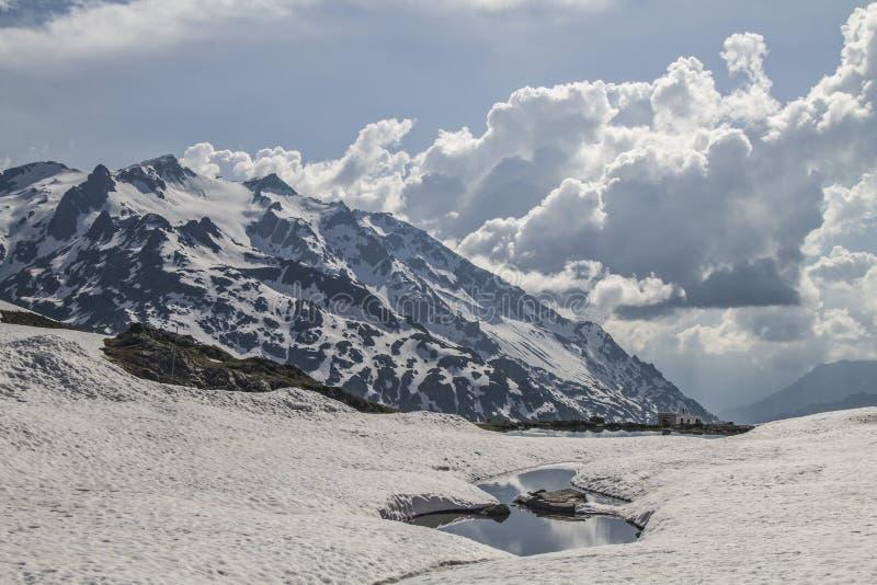 De wintereind op Sustenpass stock fotografie