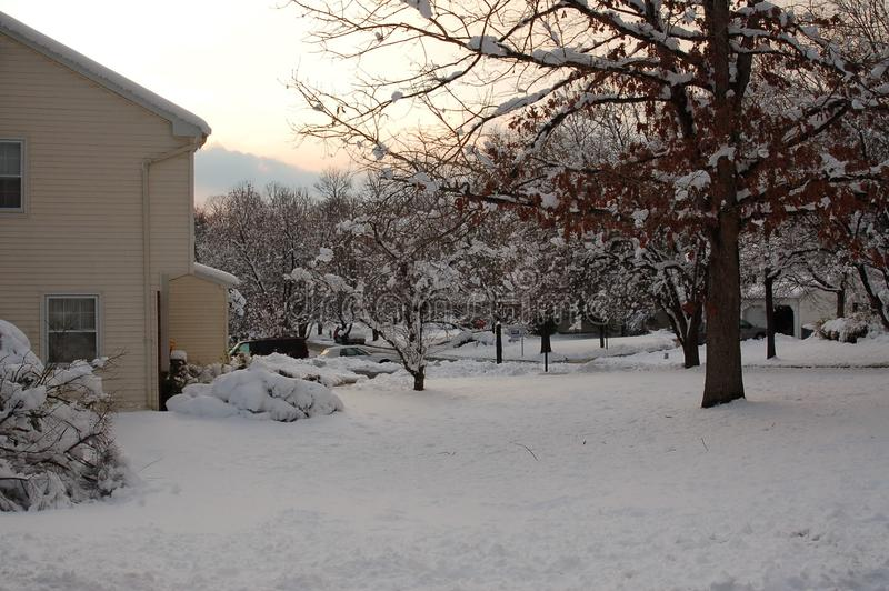 De winterhuis en Yardscène met Sneeuw wordt behandeld die stock afbeelding